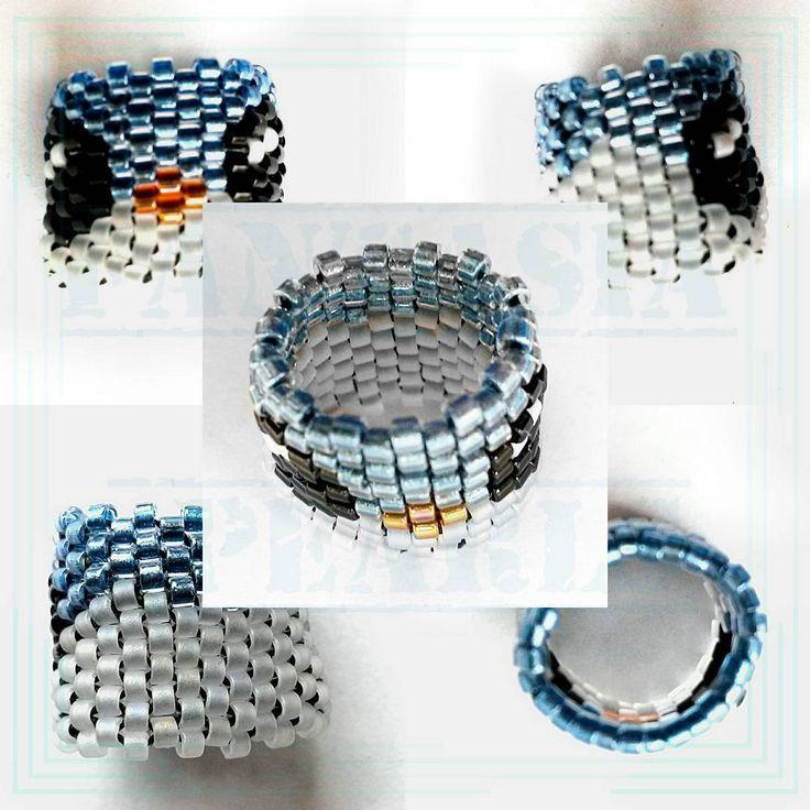 Pärla till håret/rastaflätor. Blå/vit fågel, pingvin/undulat. peyote pattern Delicia beads