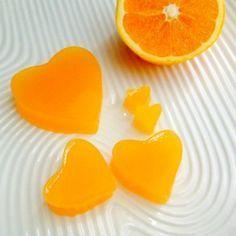 Jeleuri de portocale: 400 ml suc de portocala (5 portocale medii) coaja de la o portocala 4 linguri de Miere de zmeura 3 lingurite Agar Agar