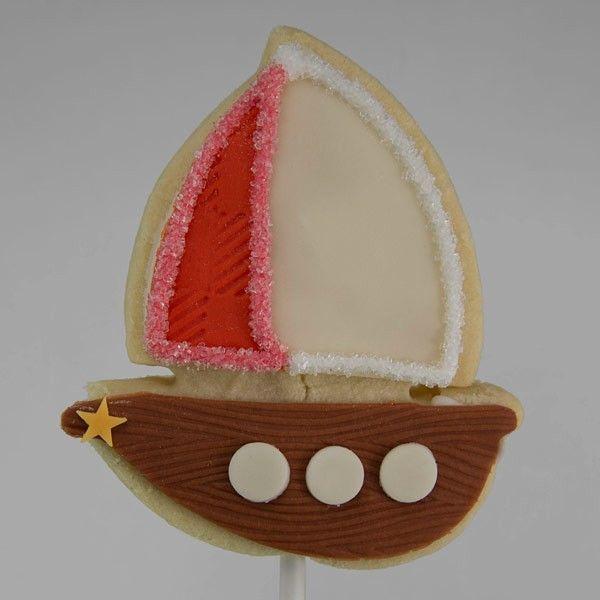 Sailboat shortbread cookie on a stick. / Le biscuit voilier sur bâton.
