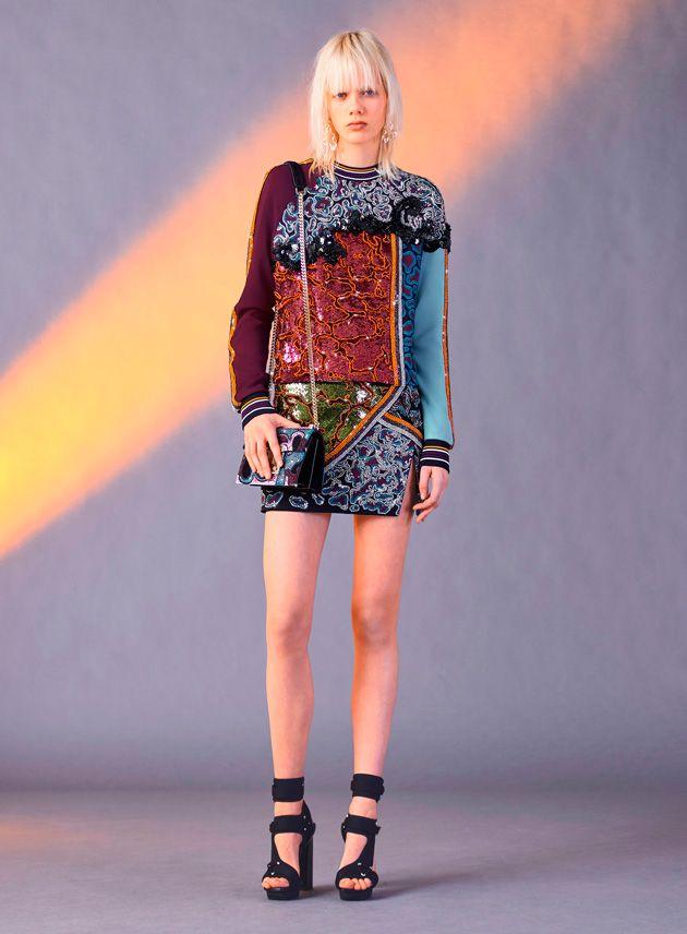 Pontos de luz em azul claro e laranja aparecem no jacquard de seda de suéteres, blusas e vestidos, formando desenhos barrocos e às vezes lembrando camuflagem e estampa animal.