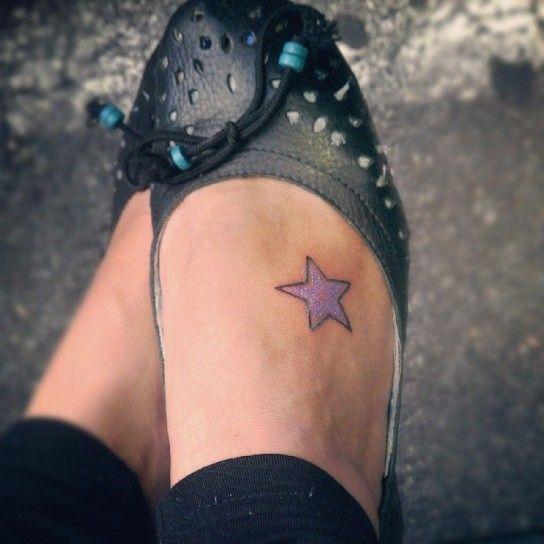Tatuaggio sul piede con stella viola