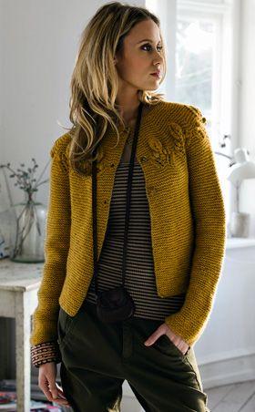 Den skønne trøje er strikket helt retstrik bortset fra bladmønstret på bærestykket. Monteringen er et hit for de utålmodige, for kanter og knaphuller strikkes samtidig med forstykkerne, så trøjen bare skal sys sammen