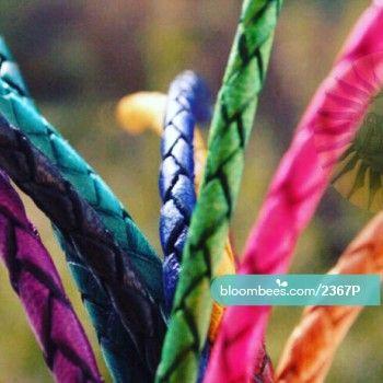 Mira este artículo en Bloombees: https://bloombees.com/2367P?referrer=ios&source=instagram&lang=es  Pulsera de cuero trenzado de colores. Curtido vegetal y tintado con pigmentos naturales.   #bracelets #ootd #pulseras #instadaily #instagood #summer #jewelry #moroccan #morocco #beautiful #handmade #artesania #cuero #regalos #calzado #pulsera #leather #shoes #marruecos #bijoux #likeforlike #desing #like4like #nature #boho #style #moda #tendencia #fashion #bolsos