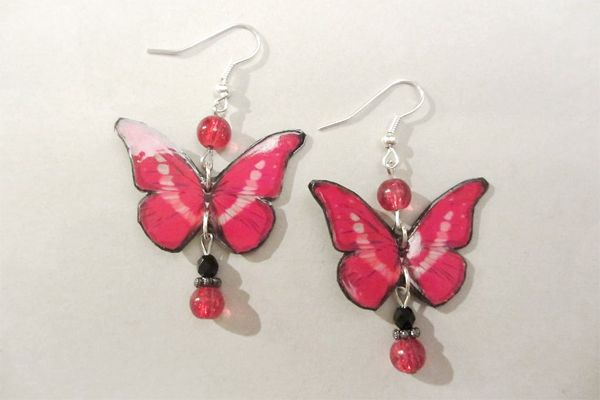 Earrings made of leather, pictures of butterflies and pearls. http://www.minka.fi/nahkakorvakorut285k-p-3924.html