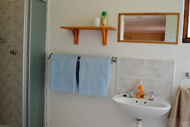 STRANDLOPERTJIE  Sleeps 2 people – open plan cottage with 2 single beds. Shower, basin and toilet in bathroom.