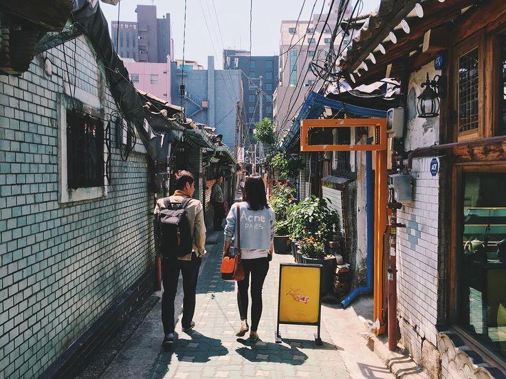 Alleyway in front of Ikdongdabang, Ikseon-dong. #korea #seoul #ikseondong #travel #streetphotography #vsco #한국 #서울 #익선동 #익동다방 @ikdongdabang