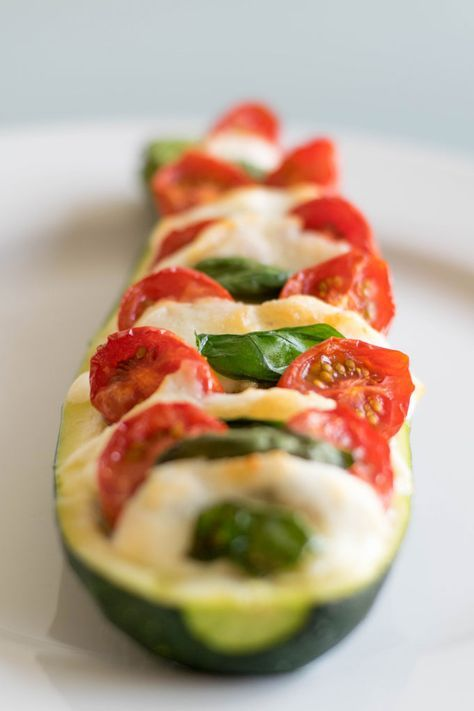 Gevulde courgette met tomaat, verse basilicum, pesto en mozzarella. Maak deze gevulde courgette in de oven & impress your friends! #courgette #gevuldecourgette #caprese | Anniepannie.nl