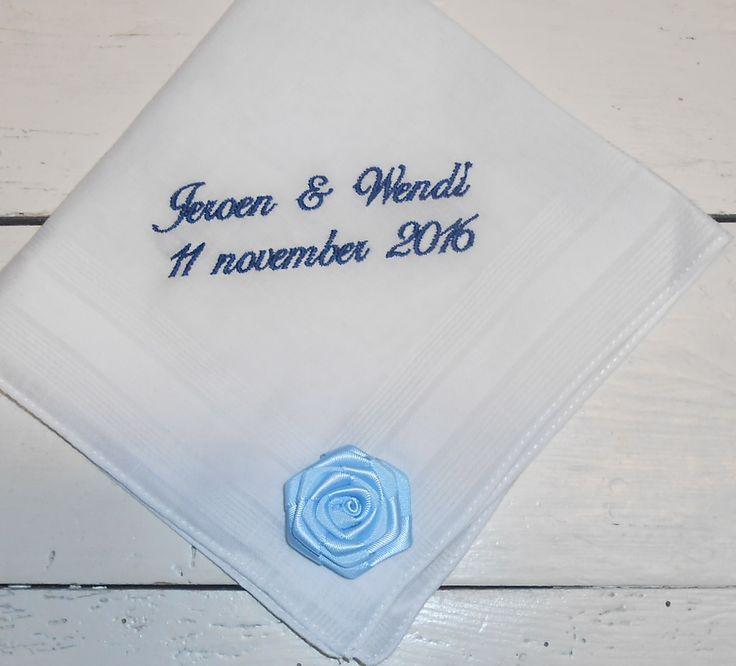 11-11-2016 zakdoek met blauw roosje http://www.bruiloftzakdoekje.nl