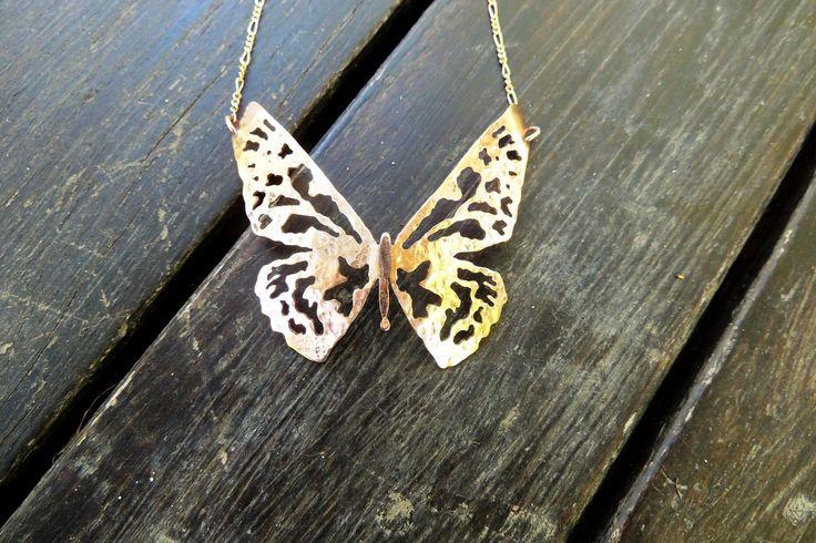 Joyería artesanal - Mariposa calada a mano con cadena. Enchapada en oro https://www.facebook.com/LeFeu