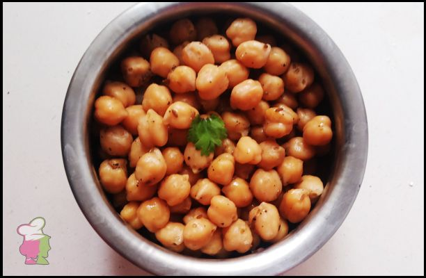 Plain Chickpeas Sundal - Learn the simple sundal for your evening at http://ourvivaha.com/vivahakitchen/recipe/plain-chickpeas-sundal/