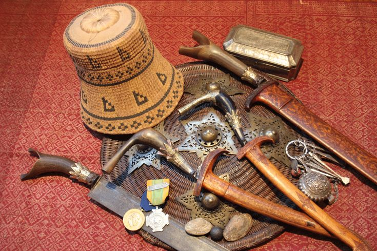 *Kupiah  *Sikin with triple crown/rencongs with triple crowns/sikin  *Peurisse  *Atjeh Medal 1873/74  *3 djimats inscriptions in arabic lettering *Set of sirih utensils (some with enamel like on the crowns) *Sirih or chalk box