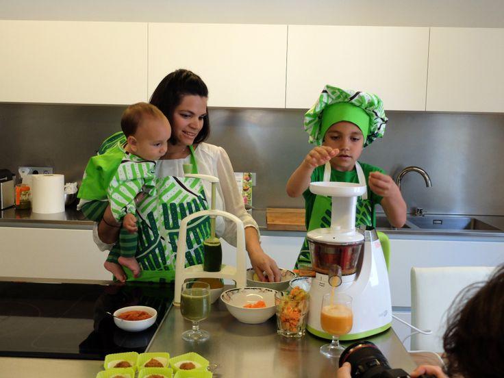 Odile Fernández, autora de 'Mis recetas anticáncer', con sus hijos preparando un licuado de manzana, zanahoria, apio y genjibre durante la grabación del booktrailer de 'Mis recetas de cocina anticáncer'.