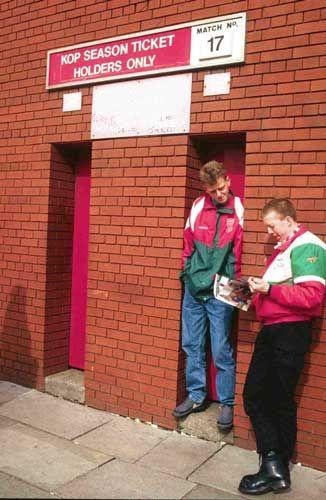 Hooligans de The Kop esperando por sus tickets.