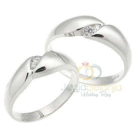 Warna emas putih yang berkilauan pada cincin Pernikana Citrakara semakin cantik dengan finishing kilap pada kedua cincin. Tambahan batu zircon putih kecil yang cantik dipasangkan di tengah muka cincin yang dibentuk cekung menyerupai sayatan. Lebarcincin bagian muka dan belakang berukuran tidak sama, dengan ukuran sisimuka lebih lebar dan semakin mengecil ke bagian belakang. Cincin pasangan...  Read more »