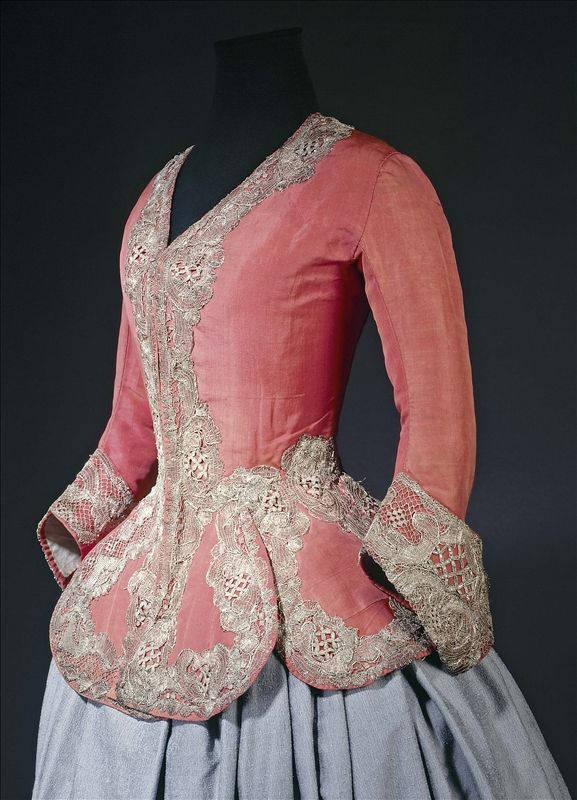 Casaquin 1730 - 1740  Gros de Tours, orange silk, blue glazed linen lining, gilded silver lace.