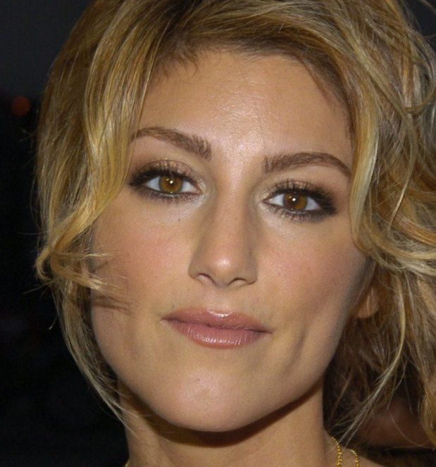"Jennifer Esposito April 11, 1973 In:	Brooklyn (NY) (United States) Sun:	21°40' Aries	 	  Moon:	11°06' Leo	 	  Dominants:	Aries, Aquarius, Leo Sun, Saturn, Moon Fire, Air / Fixed Chinese Astrology:	Water Ox Numerology:	Birthpath 8 Height:	Jennifer Esposito is 5' 6"" (1m68) tall"
