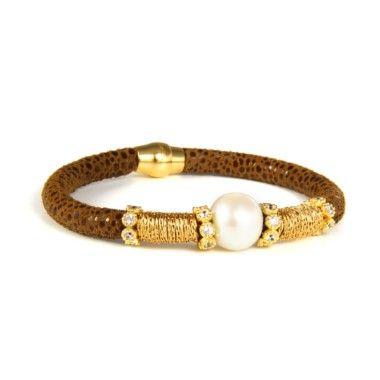 Luca Lorenzini pulsera en piel de raya con una perla en la parte central y motivos en hilo de aceros y circonitas. Cierre de imán