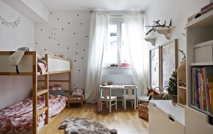 Etagenbetten sind ideal, wenn sich Geschwister ein Zimmer teilen; hier wurde eines aus dem umbaufähigen KURA Bett gestaltet.