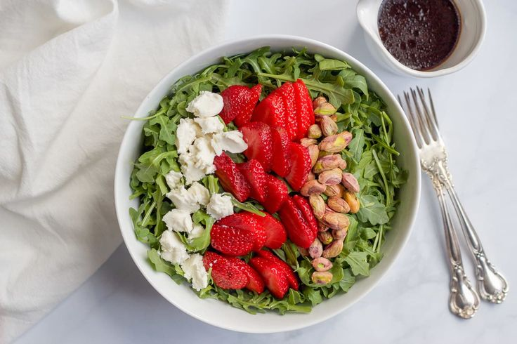 lettuce salad with strawberries - 736×490