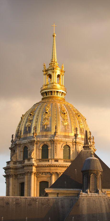 Hotel National des Invalides - Musée de l'Armée - Hôtel des Invalides  Architecte du roi et surintendant des bâtiments, Jules Hardouin-Mansart contribua à la diffusion du style Louis XIV. À la demande de Louvois, il acheva l'hôtel des Invalides, commencé par Libéral Bruant en 1670, et réalisa notamment le dôme doré de la chapelle Saint-Louis (ou église des Soldats) de 1676 à 1706.