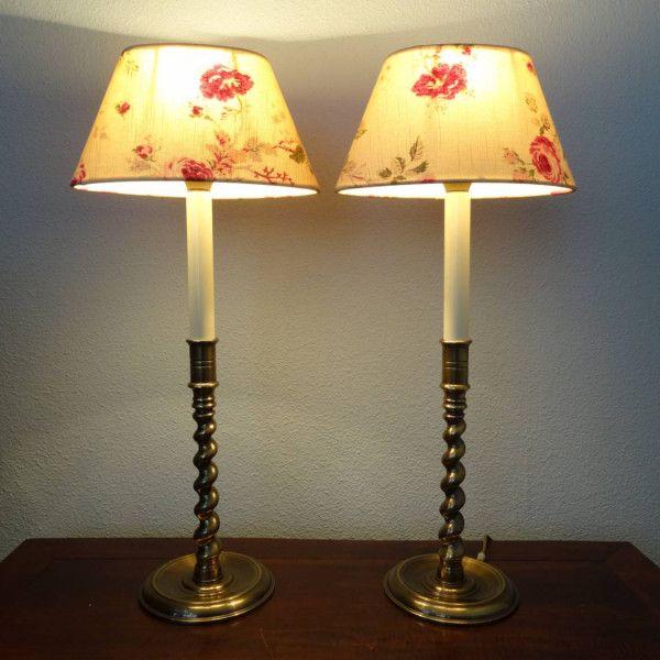Set van twee bronzen schemerlampen met gedraaide voet en ovale kapjes met bloemen, Engels