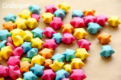 Las estrellitas infladas de papel o Lucky stars son una de las figuras de origami más versatiles pues se usan para decorar regalos, manualidades y hasta espacios.