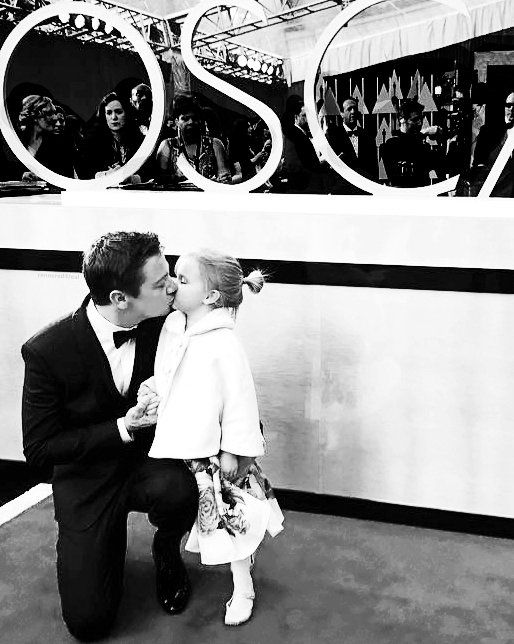 Twitter Jeremy renner with his daughter @ Oscars 2017