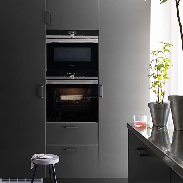   KÖK   Ett grått kök är ett flott kök som ger en färgklick till köket. I dessa högskåp får ni plats med kyl och frys samt mycket förvaring. Det är ren vardagsglädje!  På bilden ser ni köksluckan Bistro i färgen peppargrå.   Ballingslöv #kök #kjøkken #bistro
