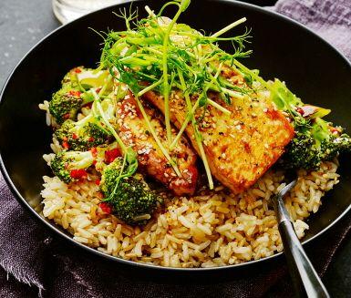 Kvällens middag är en explosion i smaker och färger. Den silkeslena tofun steks och serveras med broccoli, het chili, sesamfrön och mild salladslök. Pricken över i:et är den saltsyrliga såsen gjord på soja och vitvinsvinäger som gifter ihop tofurätten med det vita riset. Duka gärna fram ätpinnar och ät tills ni blir mätta.