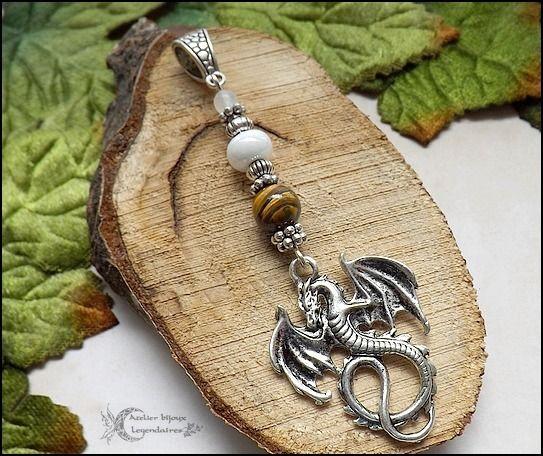 Grand pendentif dragon, Oeil de tigre, Quartz blanc , céramique et perles argentées * Légendes des dragons 1 * : Pendentif par atelier-bijoux-legendaires