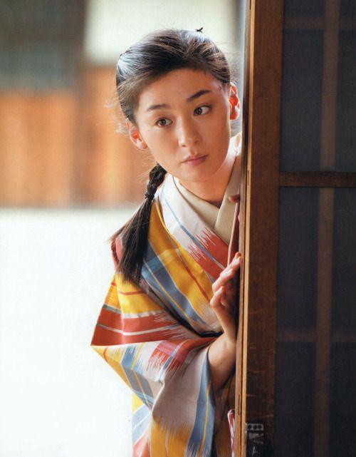 taishou-kun: Ono Machiko 尾野真千子 as Ohara Itoko 小原糸子 wear a Koshino Junko コシノジュンコ meisen kimono in Carnation カーネーション NHK drama - 2011