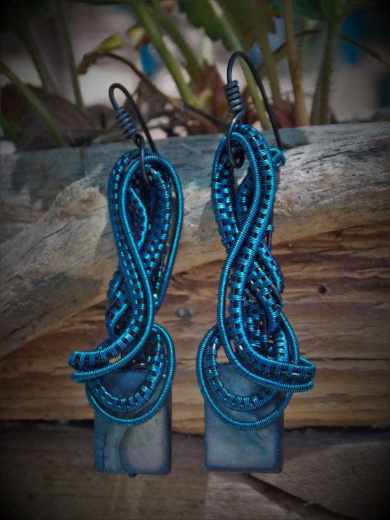 Alambre de joyería envuelta, totalmente hecho a mano con piedra de nacar azul en…