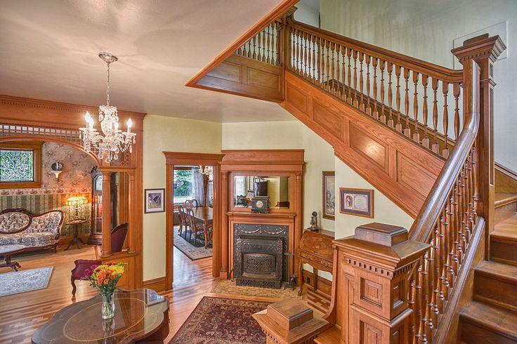 Saguão na entrada e escadaria de casa histórica Queen Anne, de 1900, em Wisconsin, USA.