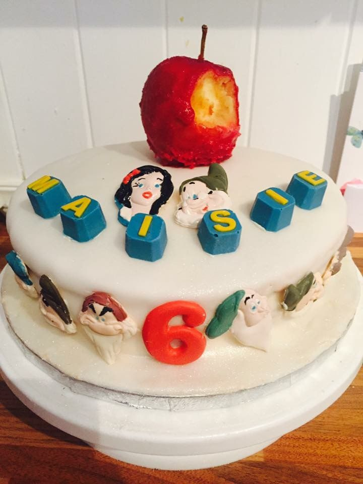 Snow White inspired birthday cake, all decorations are made entirely from chocolate! Check out Ashleigh's chocolate delights. X #chocolate #snowwhite #sevendwarfs #birthdaycake #caketoppers