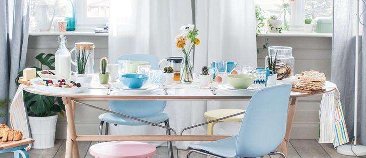 Ikea. Sedie e stoviglie. Un brunch color pastello
