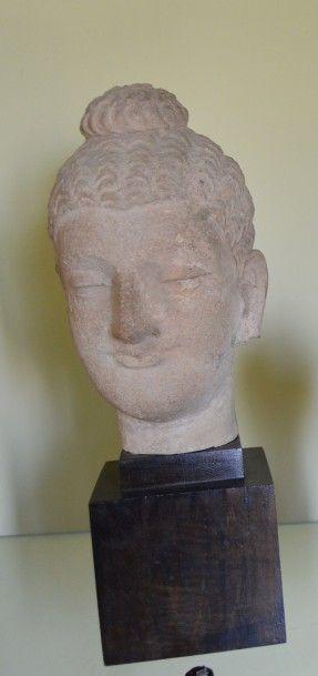 TETE de Bouddha en pierre calcaire. Travail Moderne. Haut.: 20 cm.