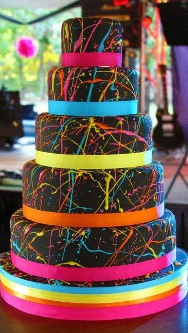 Awesome paint splatter cake!! Can I has plz??!!