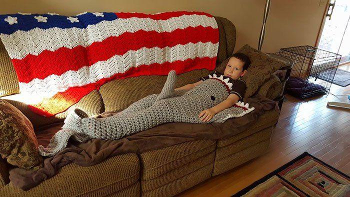 Mamie a tricoté une couverture requin
