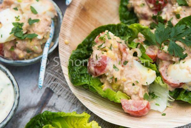Deze tonijnsalade geserveerd in slaschuitjes is echt heerlijk! Lekker fris met kappertjes en cherrytomaatjes en een dressing van (zelfgemaakte) mayonaise en kruiden. Ok, ik geef toe, de foto van de tonijnsalade ziet er niet heel aantrekkelijk uit, maar hij was echt heel, heel lekker! En ook nog eens super eenvoudig en snel om te maken. Zeker voor herhaling vatbaar.