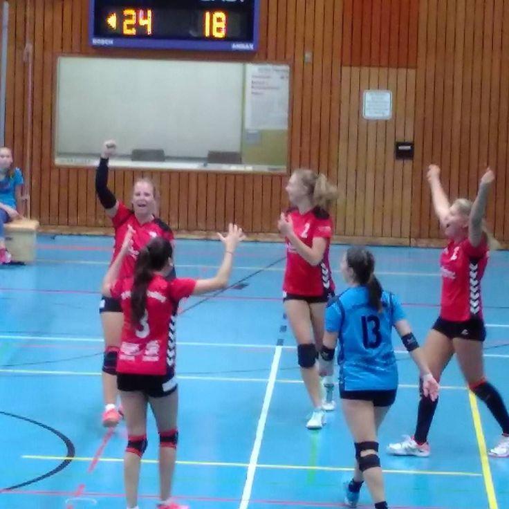 Große Euphorie bei Derby-Sieger  #tvplaneggkrailling #volleyball #volleyballdritteliga #dvv #würmtal #münchen #blogpunktsport Artikel im Münchner Merkur: http://ift.tt/2grq9Hg