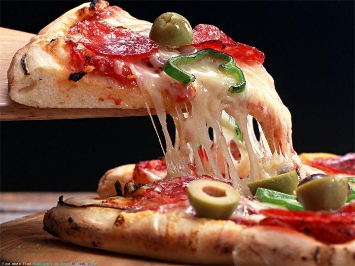Вкусняшка, ням-ням!!! Пицца (итал. pizza) — итальянское национальное блюдо в виде круглой открытой лепешки, покрытой в классическом варианте томатами и расплавленным сыром (как правило, моца...