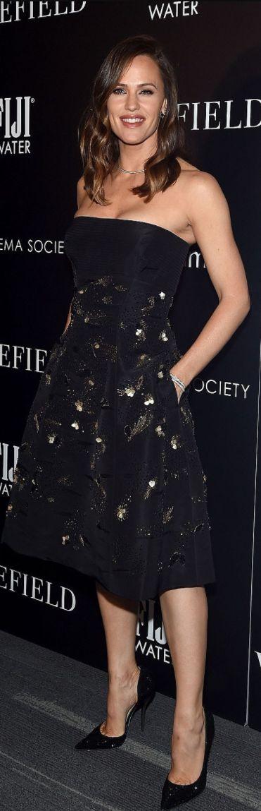 Who made  Jennifer Garner's black strapless dress, jewelry, and pumps?