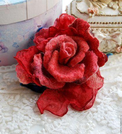 Купить или заказать Красная брошь роза из шерсти в интернет-магазине на Ярмарке Мастеров. Валяная брошь-роза очень красивая,неповторимая,легкая в алых оттенках.Сделана из шерсти и шелка ручного крашения.Можно носить в любое время года.Прекрасно будет смотреться на пиджаке,кофточке и платье...и пальто. Любую брошь я могу превратить в резиночку для волос,шпильку,украшение на руку,шею.Пишите...) Может стать прекрасным подарком!Все мои работы продаются в подарочной упаковке!