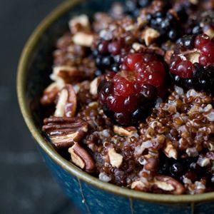 """Van de twee typische """"oergranen"""" quinoa en spelt  maak je een verrassend en hartverwarmend ontbijtje (of lunch... of tussendoortje... of... wanneer je maar wilt!). Op smaak gebracht met kaneel en agavesiroop, krokant geroosterde pecannoten en friszoete bosvruchten!"""
