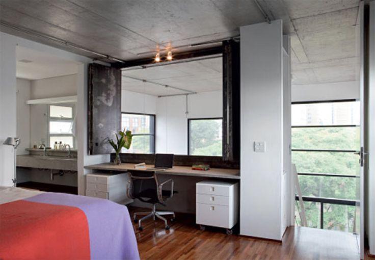 Localizado no mezanino, o quarto do casal inclui um escritório e é fechado por duas folhas do tipo camarão (de aço en envernizado) - projeto do Sub Estúdio.