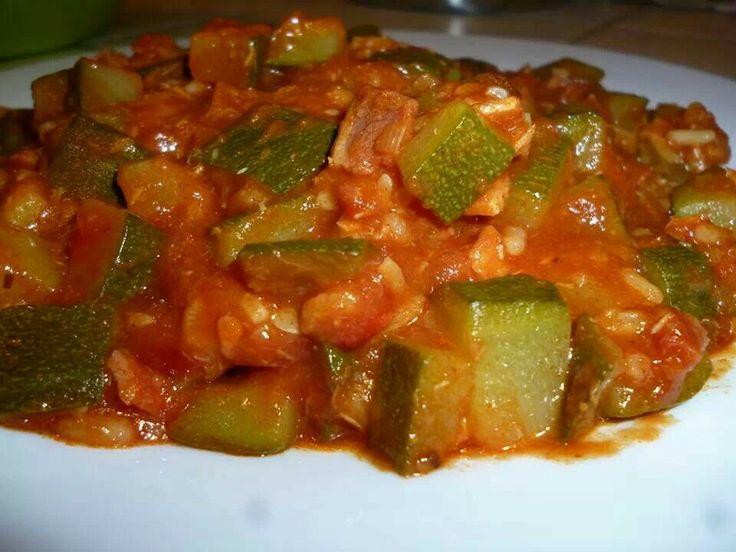 """MIJOTE DE COURGETTES AU JAMBON ET PÂTE CURRY Emmanuelle Dauchel  2 belles courgettes (environ 650gr)  1 petite boite de tomates pelées  1 échalote  2 tranches de jambon  huile d'olive  30 gr de riz  2 càc de pâte de curry, sel  couper l'échalote en tronçons, mettre l""""ultrablade et vit.11 pendant 20s. mettre le mélangeur, ajouter l'huile d'olive programmer mijoter P1 5 mn- ajouter le curry et re-P1 5 mn ajouter ves tomates pelées le jambon en morceaux, les courgettes en dès,, le sel et…"""