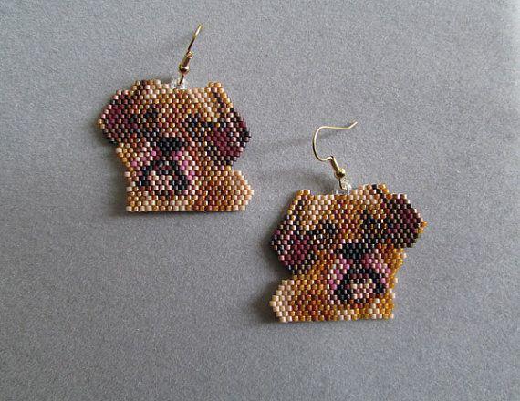 Ce qui est un Puggle vous demander? C'est un croisement entre un Carlin et un Beagle. Ces adorables boucles d'oreilles perles mesurent 1-5/8 pouces de large et 1-1/2 pouces de long, à l'exclusion des fils de l'oreille. J'ai utilisé des briques-point et environ 1012 delica minuscules billes, finement tissés ensemble, un à la fois, avec une perles à l'aiguille et du fil de perles pour créer les boucles d'oreilles finis que vous voyez ici.  Ils font un grand cadeau pour tout amateur d...