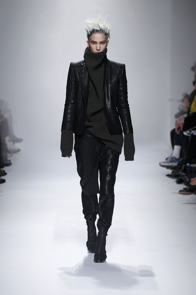 ハイダー・アッカーマン 13-14AWコレクションで披露された、レザージャケットを伊勢丹限定で販売