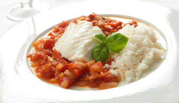En herlig rett av ovnsbakt torskefilet i hjemmelaget frisk tomatsaus med litt hvitløk og chili. Server med ris, og du har et nydelig måltid for hele familien.
