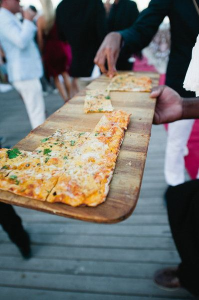 Italiaanse thema bruiloft met xxxl pizza geserveerd op een lange houten plank - via eikenstamtafel.be: verhuur exclusieve eikenhouten feesttafels, banken en stoelen